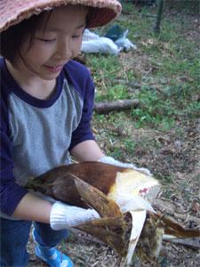2009タケノコと娘.jpg